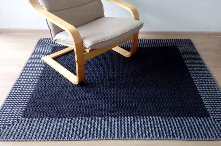 Clássico e elegante, o azul marinho não deixa a decor na mão, até mesmo quando utilizado no tapete de crochê