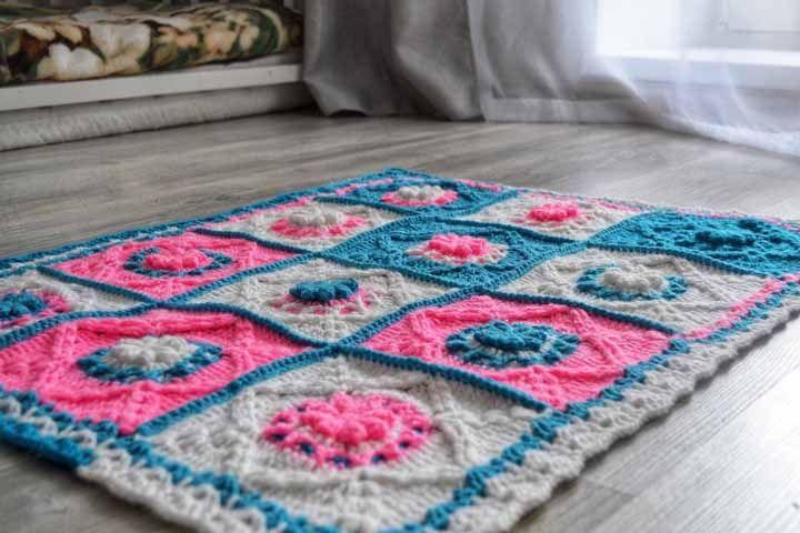 Piso laminado escuro acolheu com carinho esse delicado tapetinho de crochê com flores