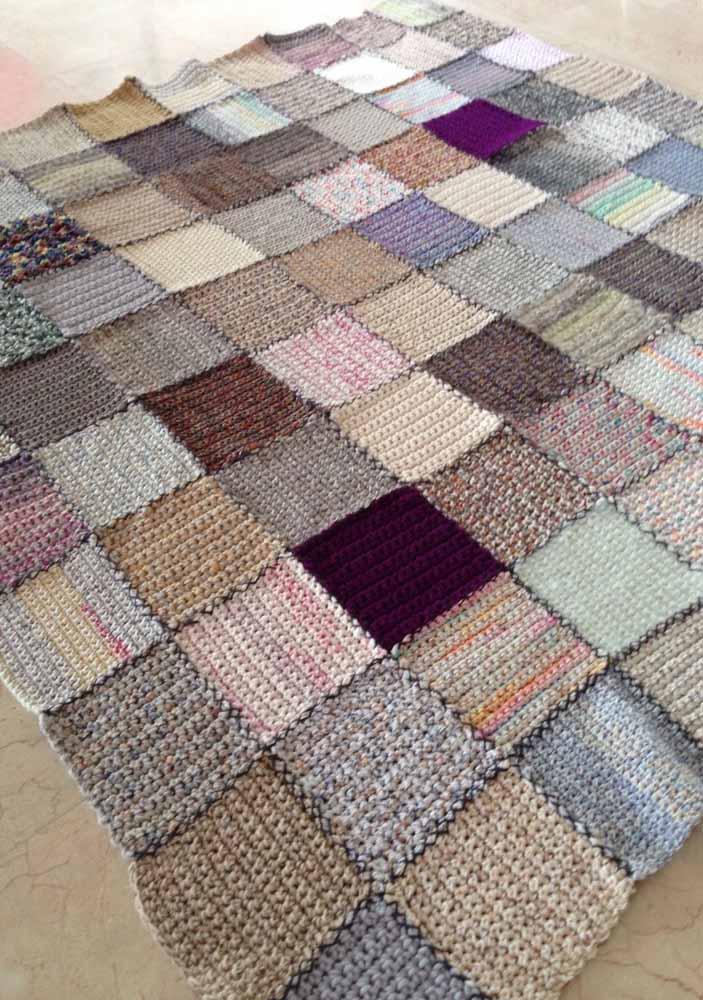 Ideia original e bonita para o seu tapete: patchwork de quadradinhos de crochê