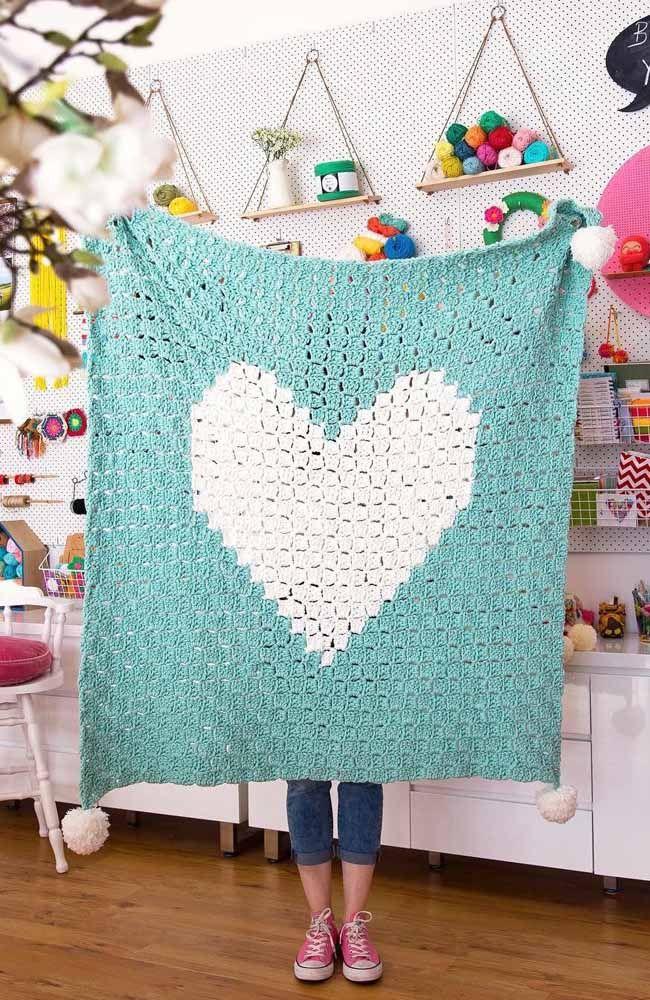 E por falar em romântico olha essa sugestão: um tapete quadrado de crochê com coração no centro