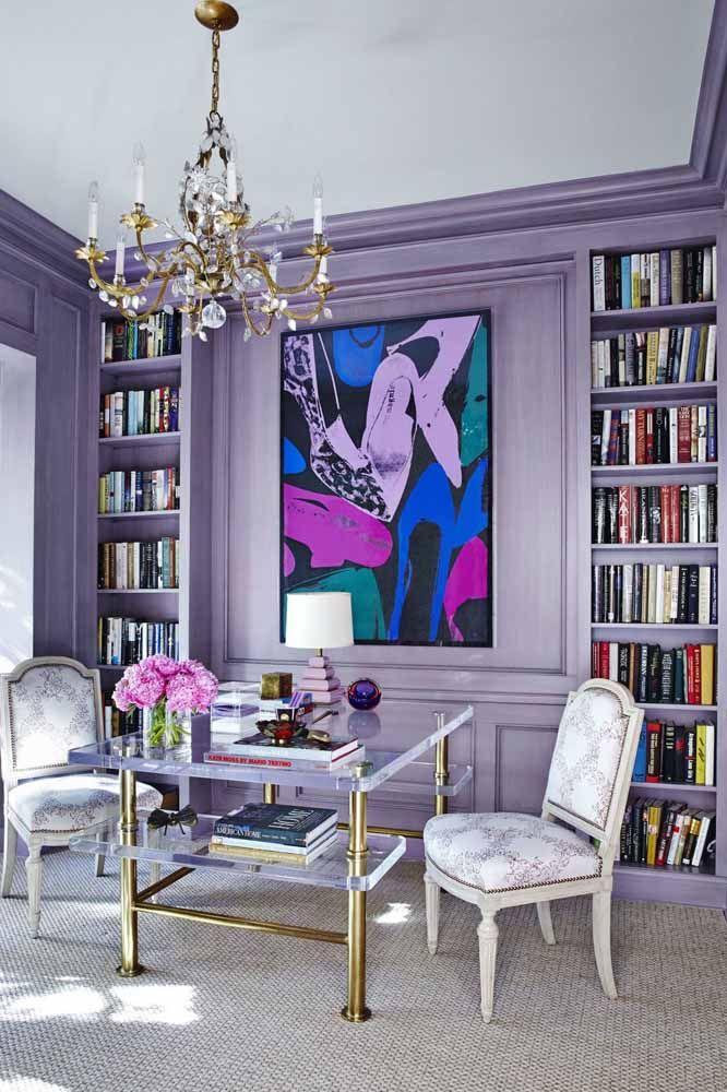 Uma biblioteca ou sala de leitura na cor lilás deixa o ambiente bem elegante