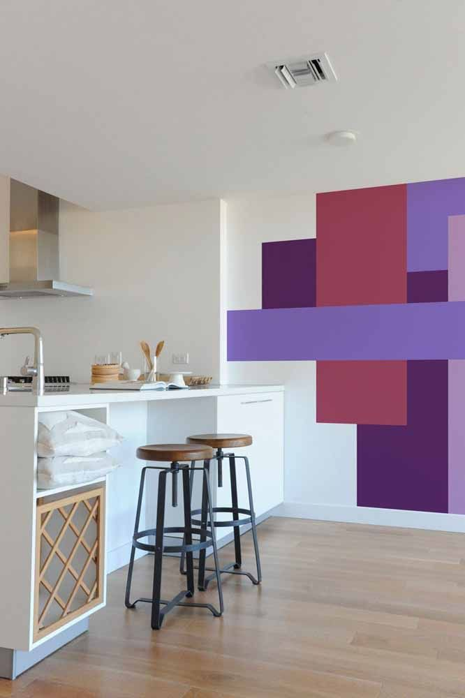 Mais uma opção de pintura de figuras simétricas na parede, mas agora usando várias cores além do lilás