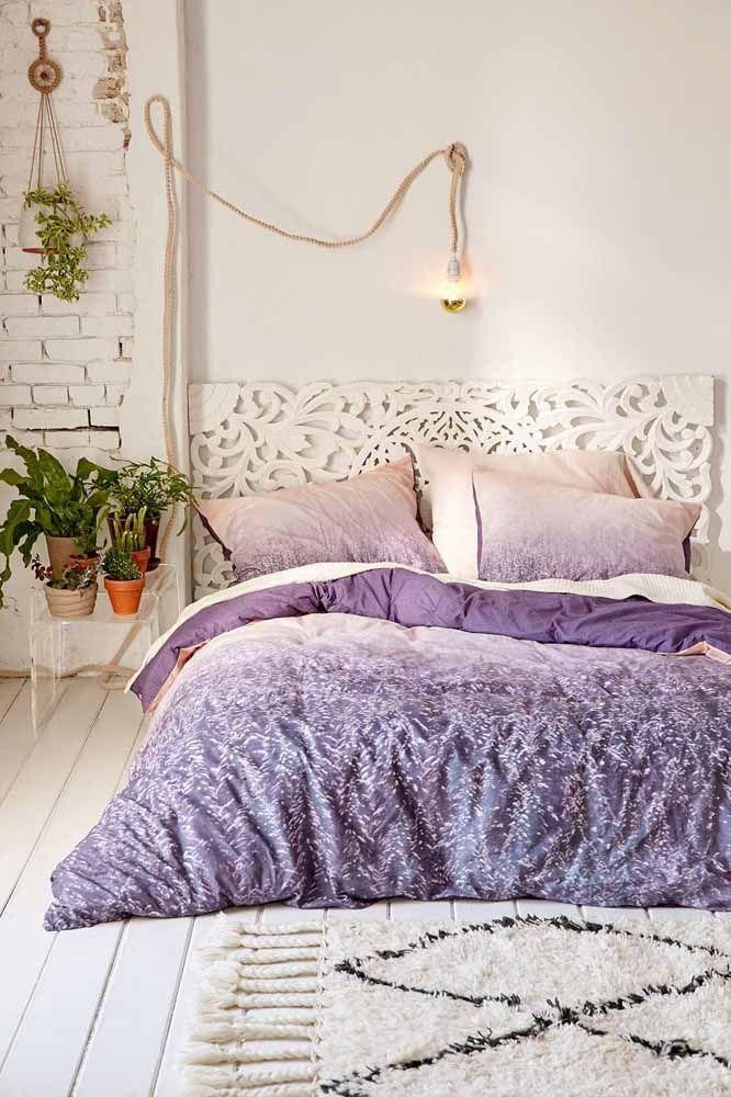 Um edredom na cor lilás para deixar o quarto com ar sofisticado