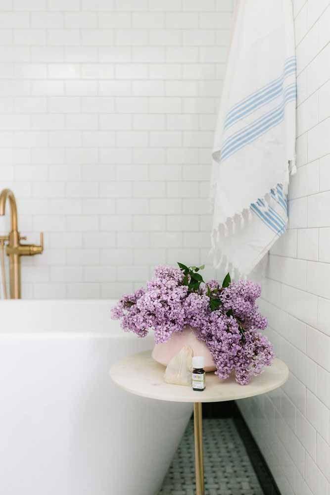 Flores lilás no banheiro para deixar o ambiente mais perfumado