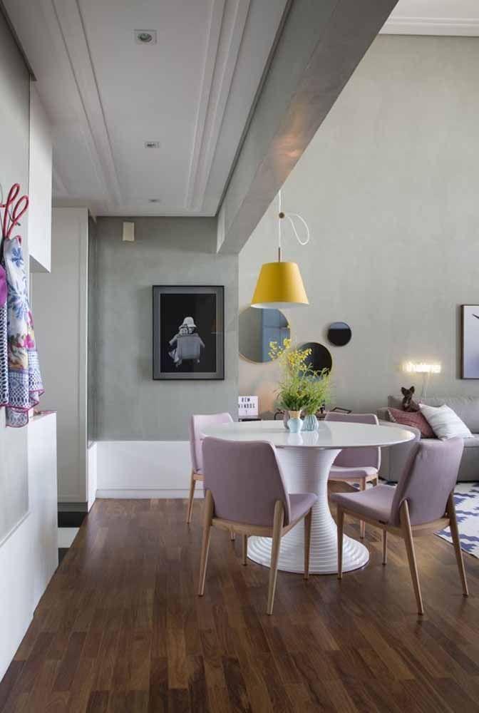Combine cadeira na cor lilás com a mesa totalmente branca