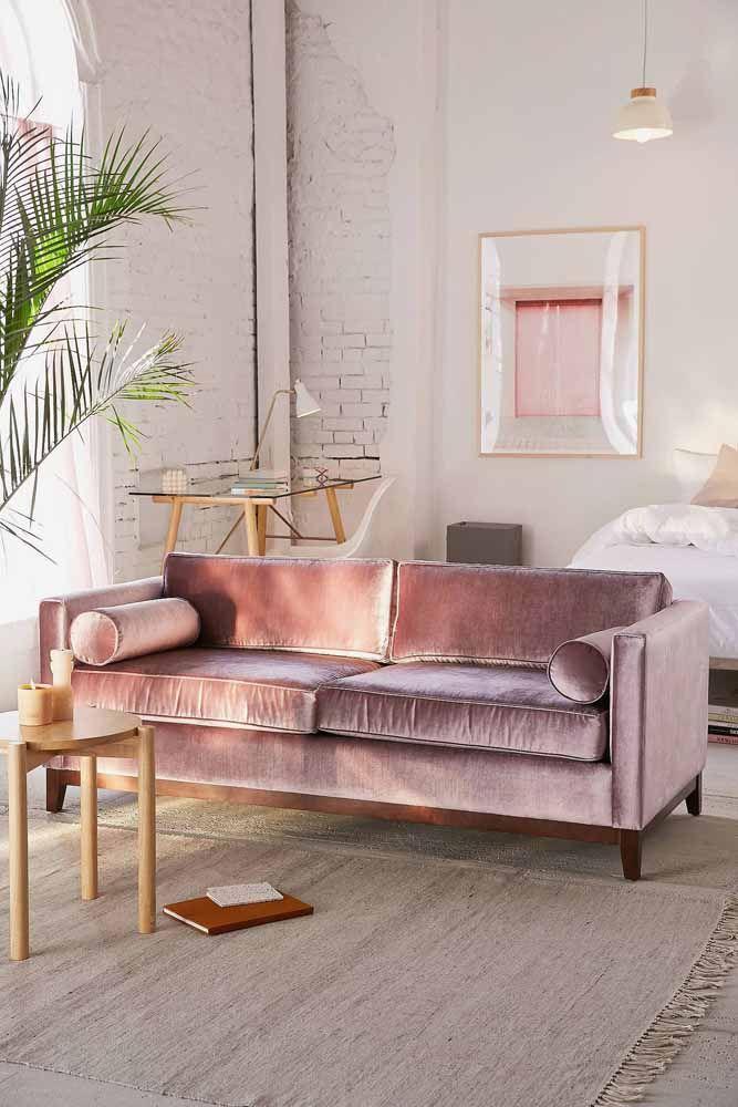 O sofá lilás é o grande queridinho dessa sala