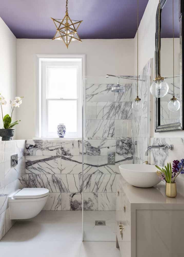 Que tal ousar pintando o teto do banheiro de lilás?