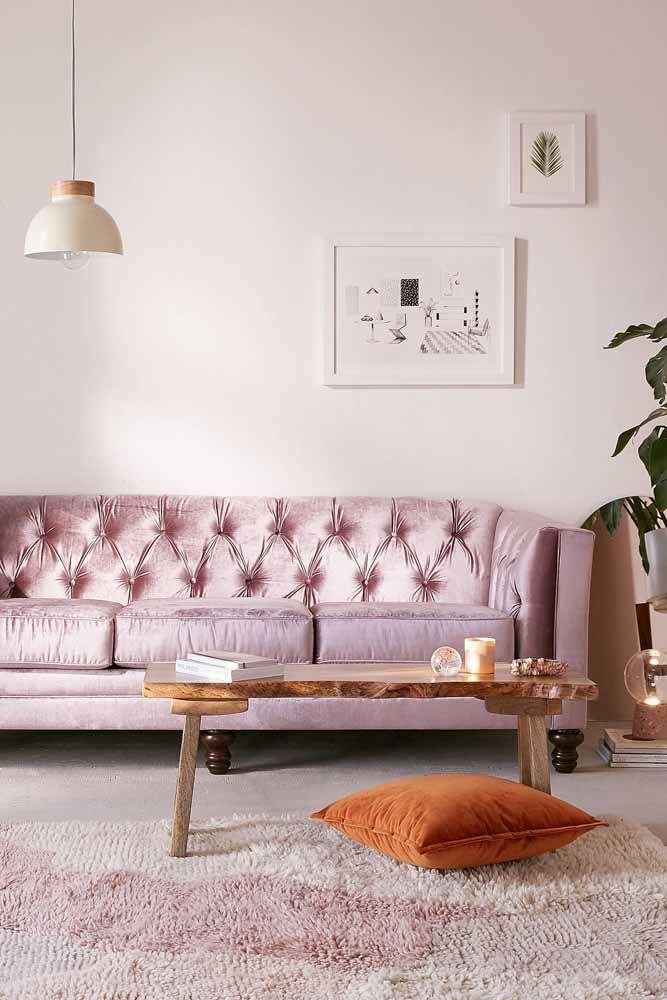 Olha como esse sofá acetinado na cor lilás fica super elegante