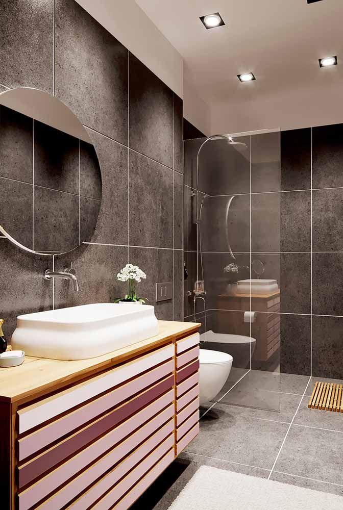 Aposte na variação de tons do lilás para quebrar a seriedade do banheiro