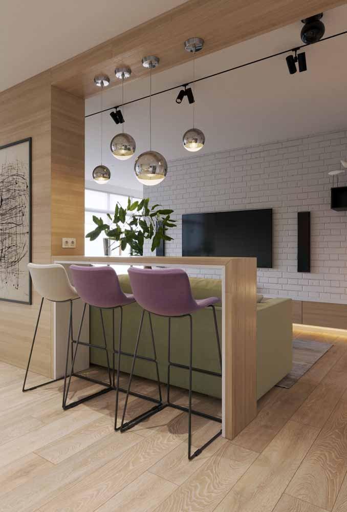 Para combinar com móveis de madeira coloque cadeira na cor lilás