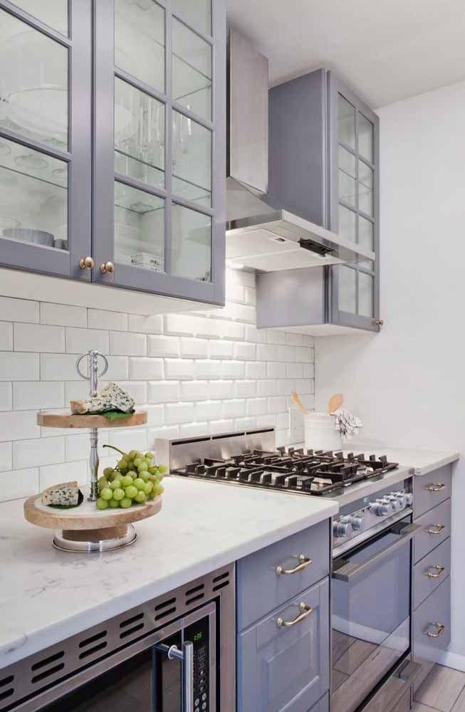 Um armário de cozinha na cor lilás para deixar o cômodo com um ar de seriedade