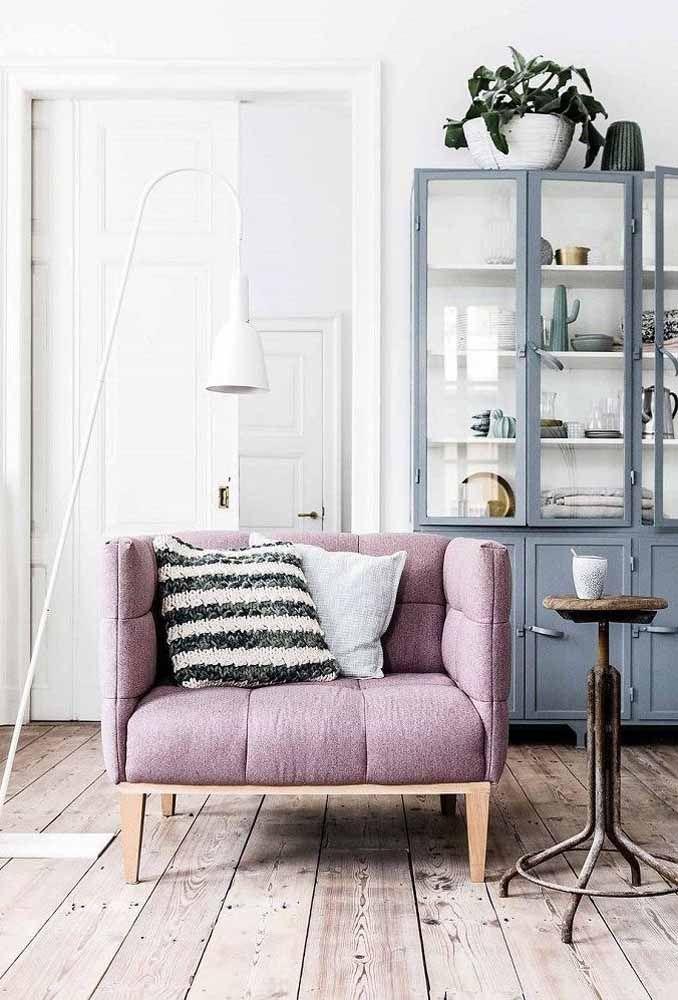 Um ambiente rústico ganha sofisticação com um móvel na cor lilás