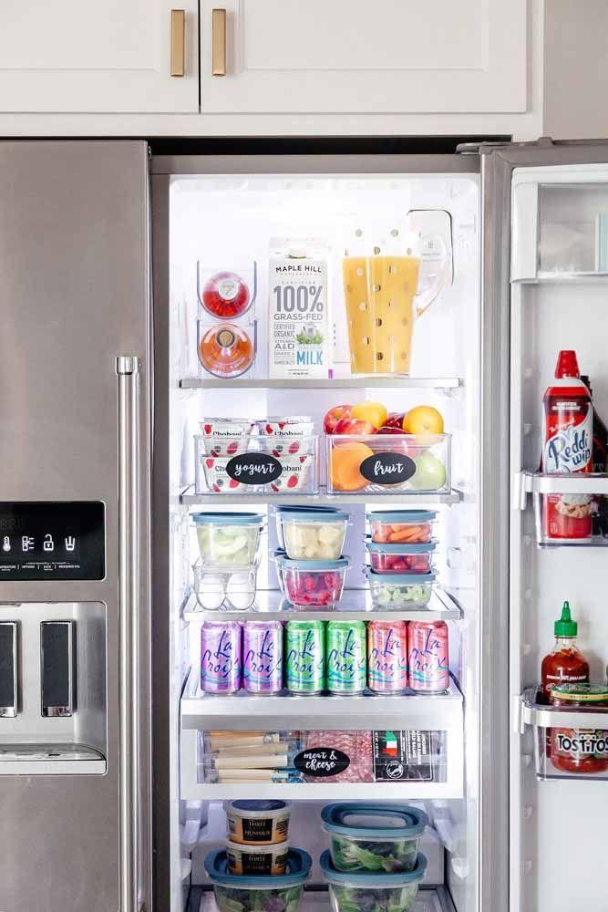 Até dentro da geladeira! Aqui, as caixas organizadoras ajudam a manter os alimentos bem acondicionados e facilmente localizáveis