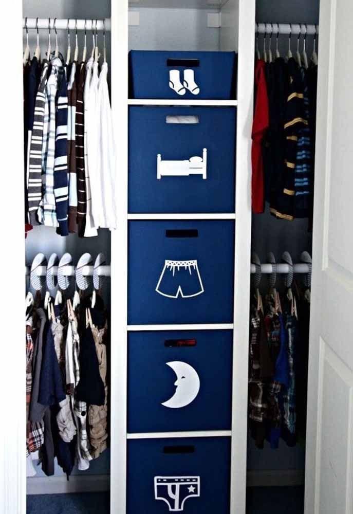 Para o quartinho de menino, a ideia foi usar caixas organizadoras azuis com o conteúdo sinalizado por desenhos brancos