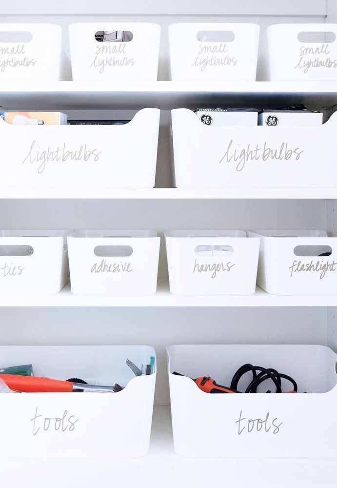 Para deixar a organização ainda melhor use etiquetas indicativas na parte externa de cada caixa