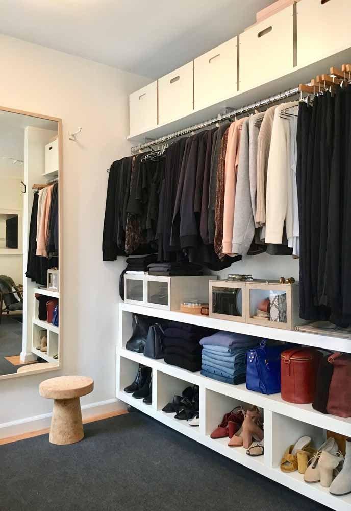 No closet, as caixas organizadoras podem ser muito úteis para acomodar objetos de pouco uso; nesse caso, deixe-as no alto para não atrapalhar