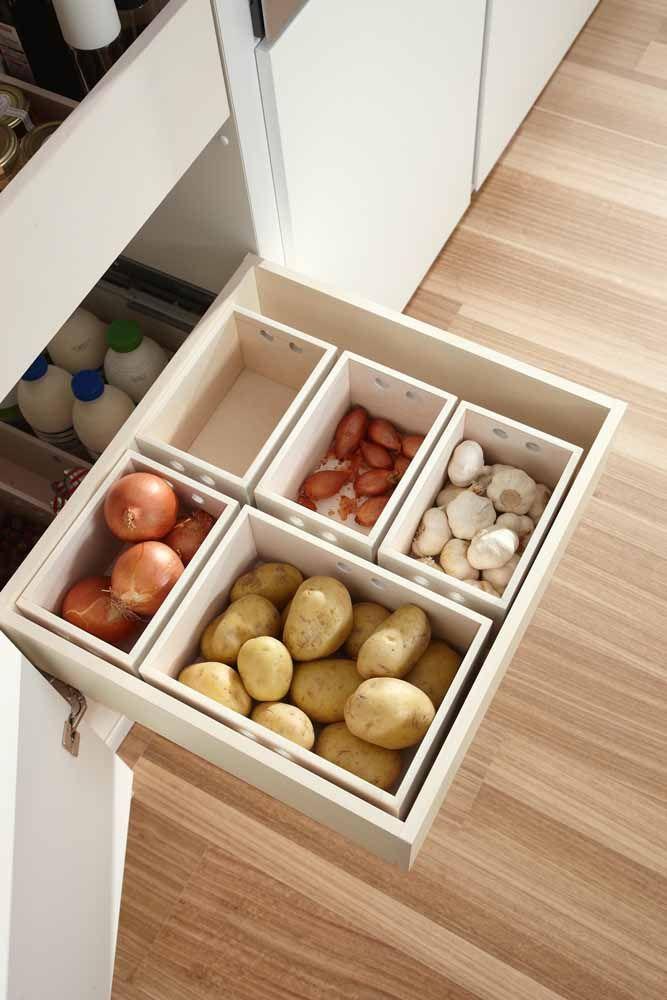 Aqui, as caixas ajudam a organizar os alimentos dentro das gavetas