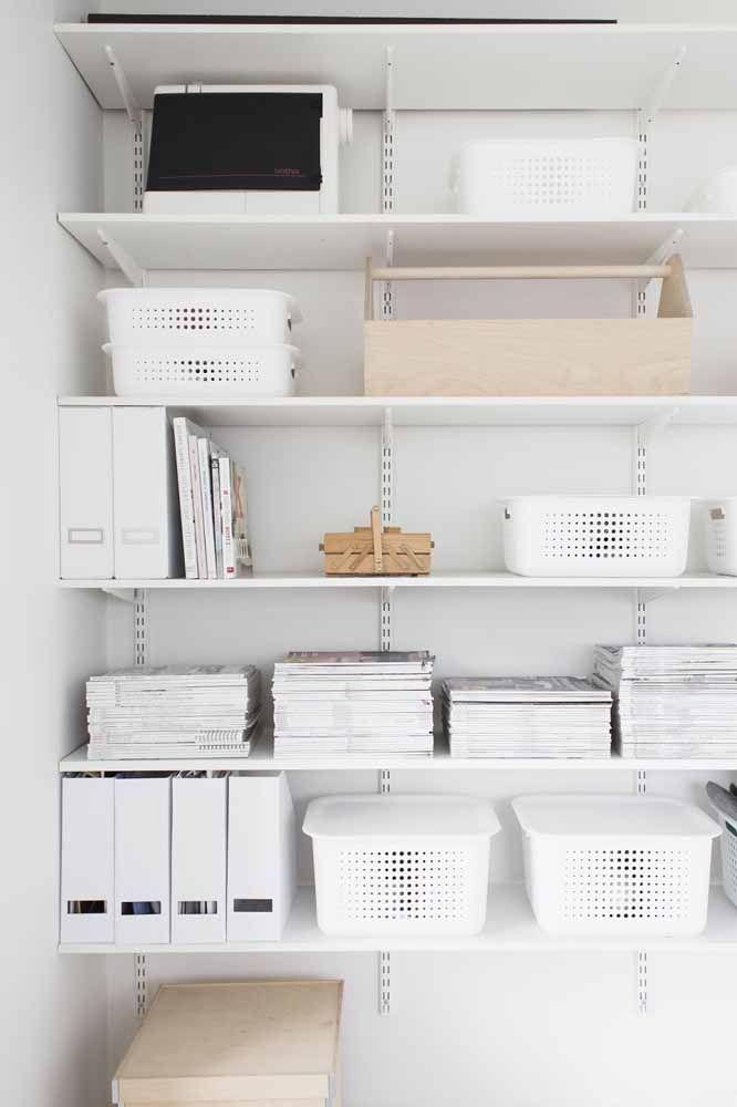 Para seguir o estilo clean da decoração, caixas organizadoras brancas