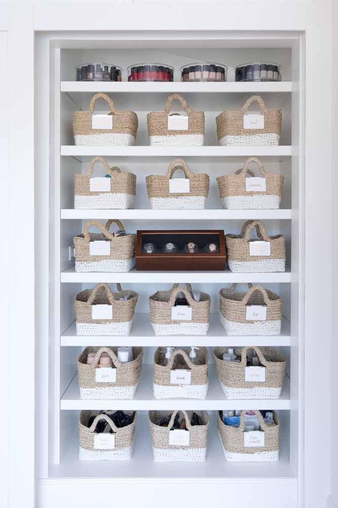 As caixas – ou cestos de vime – estão com tudo na decoração; se você gosta do estilo, invista nele