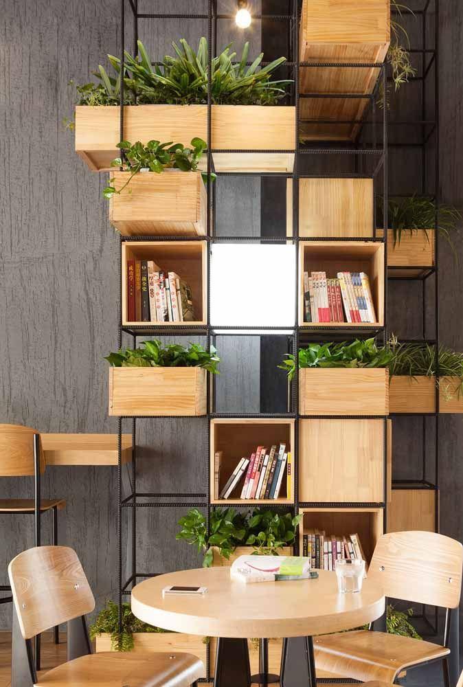 Também tem espaço para as caixas organizadoras na decor de estilo industrial