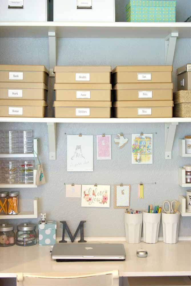 Nesse escritório, o conjunto de caixas organizadoras de papelão deixa tudo à mão sem nenhum vestígio de bagunça
