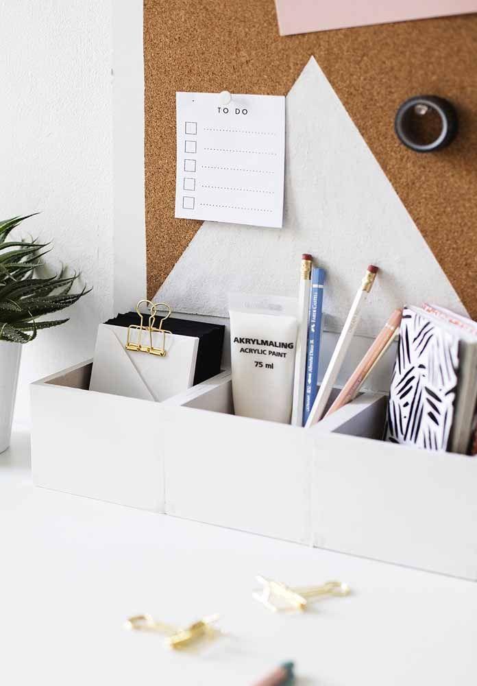 Pequenina sobre a mesa, essa caixa organizadora acomoda pequenos objetos de uso rotineiro