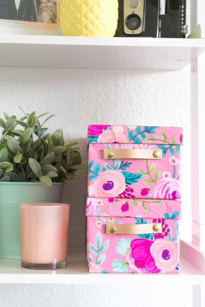 Você já tem caixas organizadoras aí na sua casa? Renove-as com tecido, usando aqueles que mais combinam com a sua decor