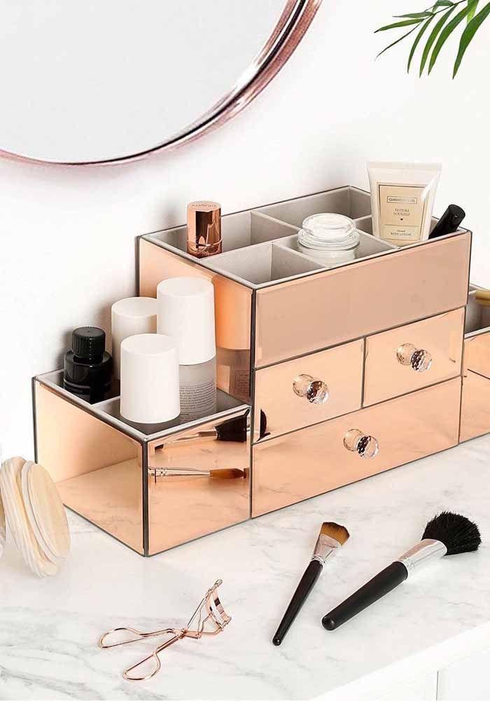 Para os cosméticos e a maquiagem uma caixa organizadora glamourosa e no tom da moda, o rosé gold