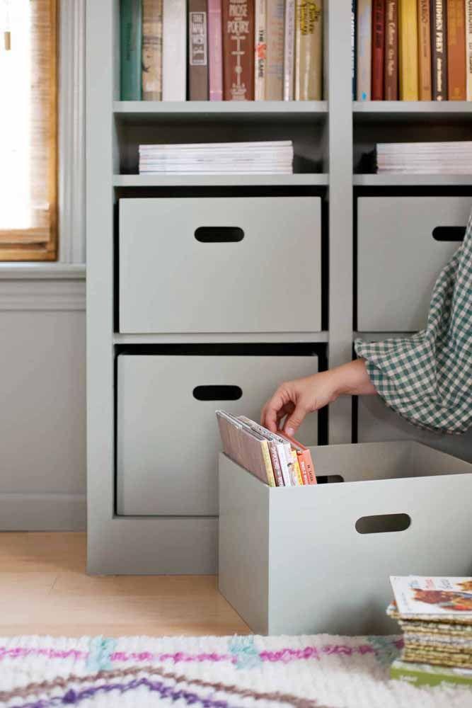 Livros e revistas devidamente guardados e sem acumular poeira