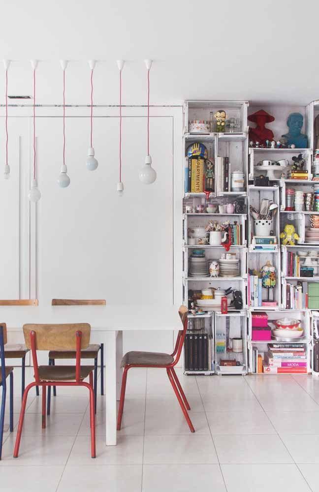Nessa cozinha, os caixotes de feira funcionam como armário e caixas organizadoras