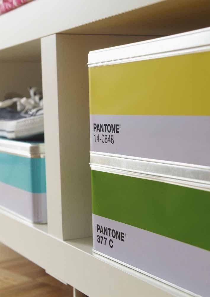 Caixas organizadoras decoradas com os tons da Pantone