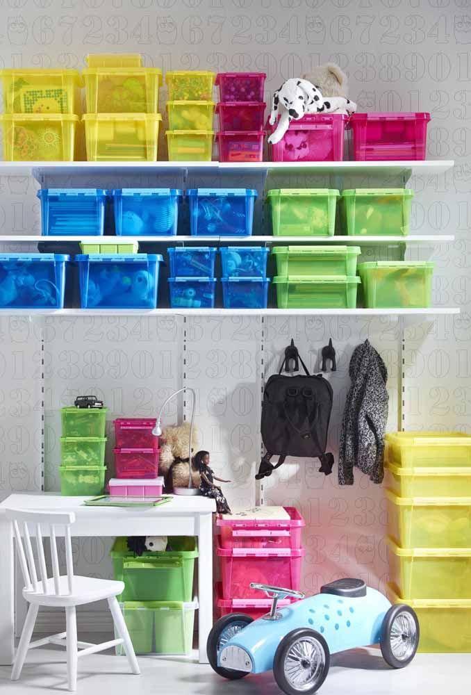 Use caixas organizadoras de plástico coloridas para o quarto das crianças, uma forma de decorar e organizar ao mesmo tempo