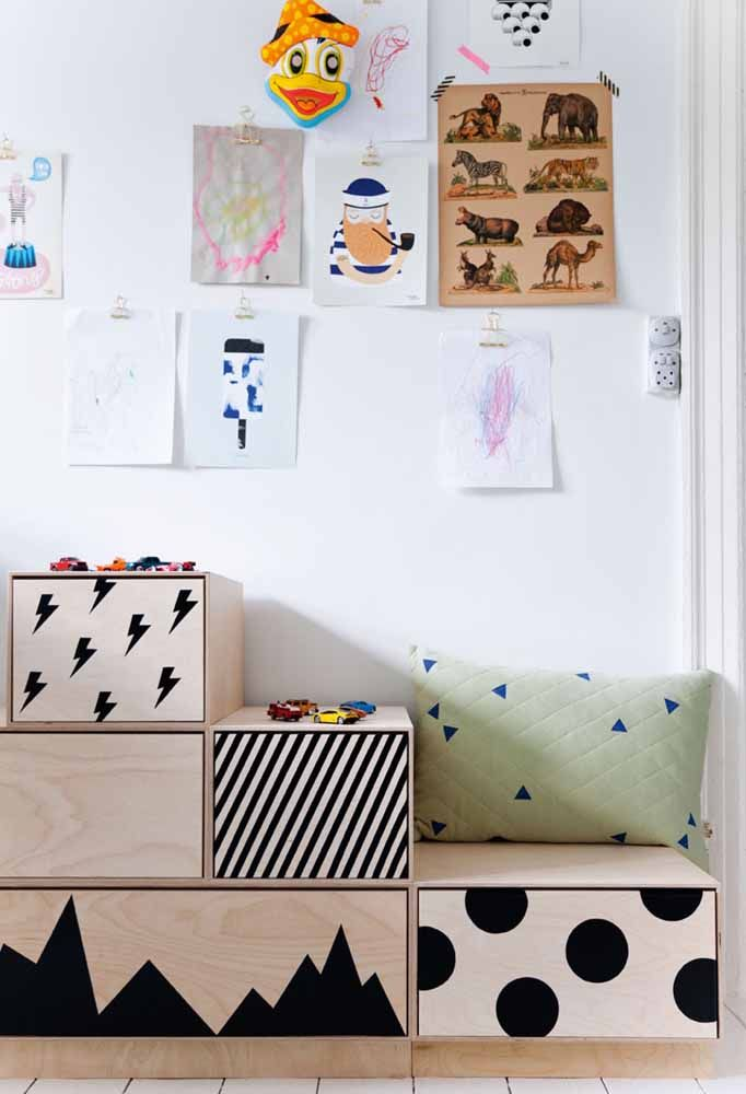 Caixas organizadoras que funcionam como banco, escada e o que mais a imaginação infantil permitir
