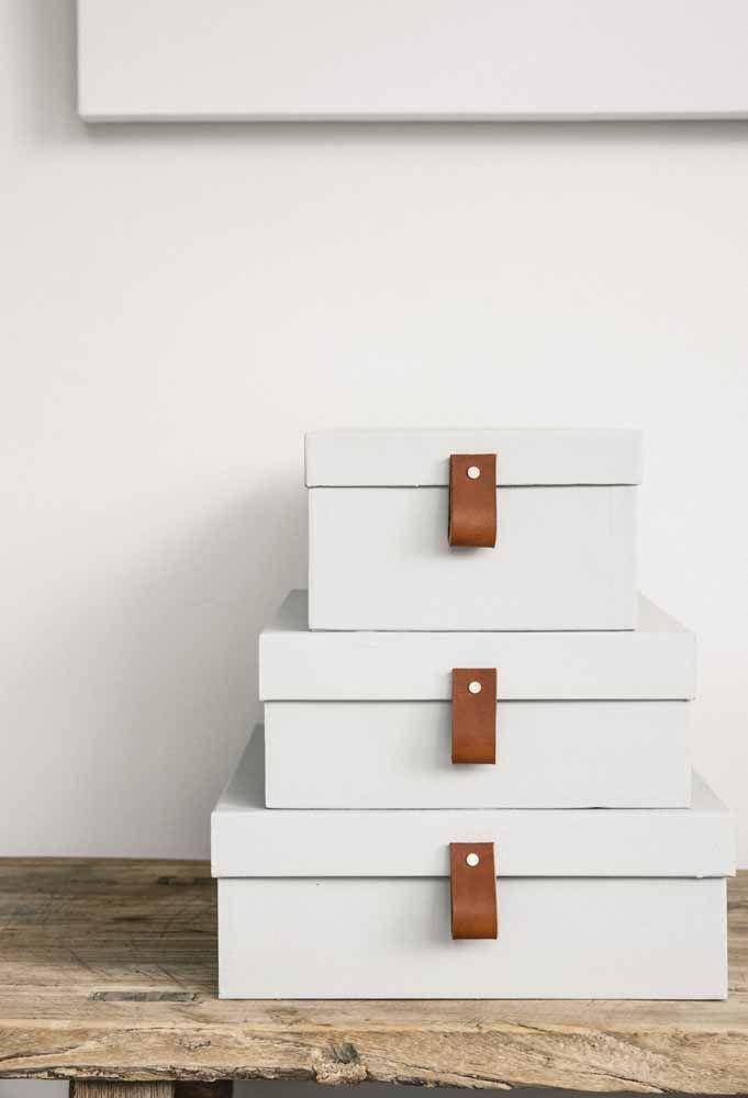 Brancas e com alça de couro: uma proposta clean e sóbria para as caixas organizadoras que pode ser feita por você mesmo