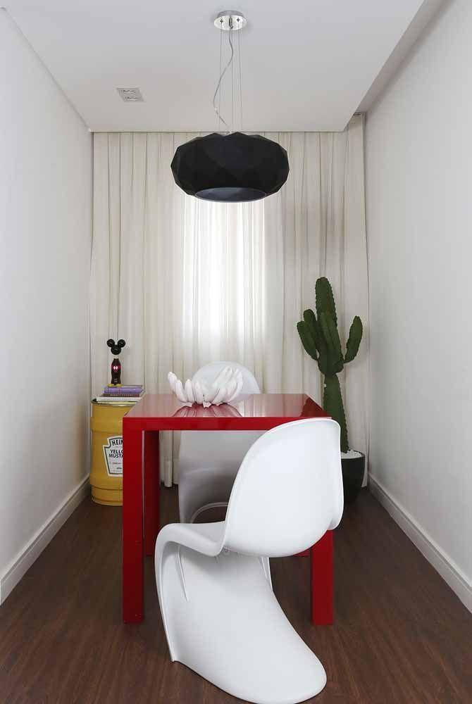 A pequena sala de jantar conta com um tambor decorativo na cor da famosa marca de mostarda