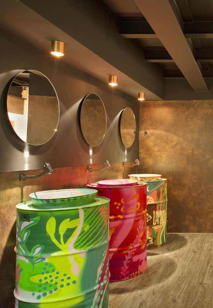 Um toque de modernidade e estilo para o banheiro neutro: cada tambor ganhou uma cor e uma pintura diferente