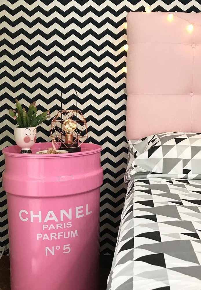O Chevron preto e branco na parede realça o tambor decorativo rosa