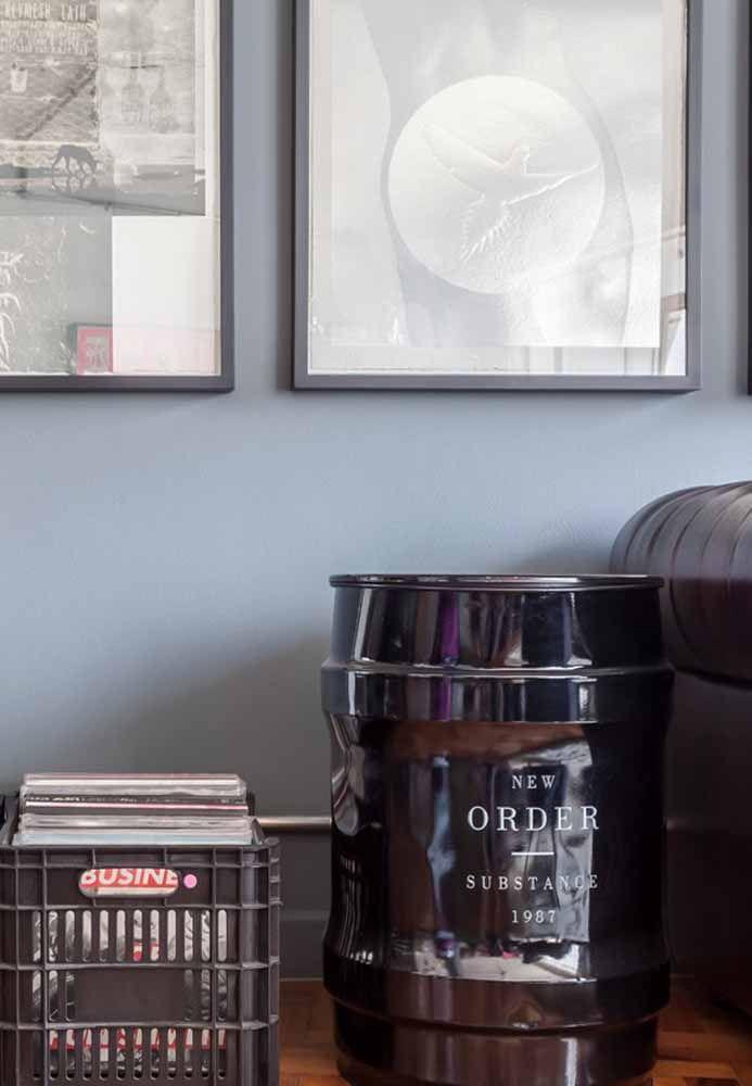 O tambor preto e a caixa plástica revelam uma decoração que prioriza o reaproveitamento de objetos