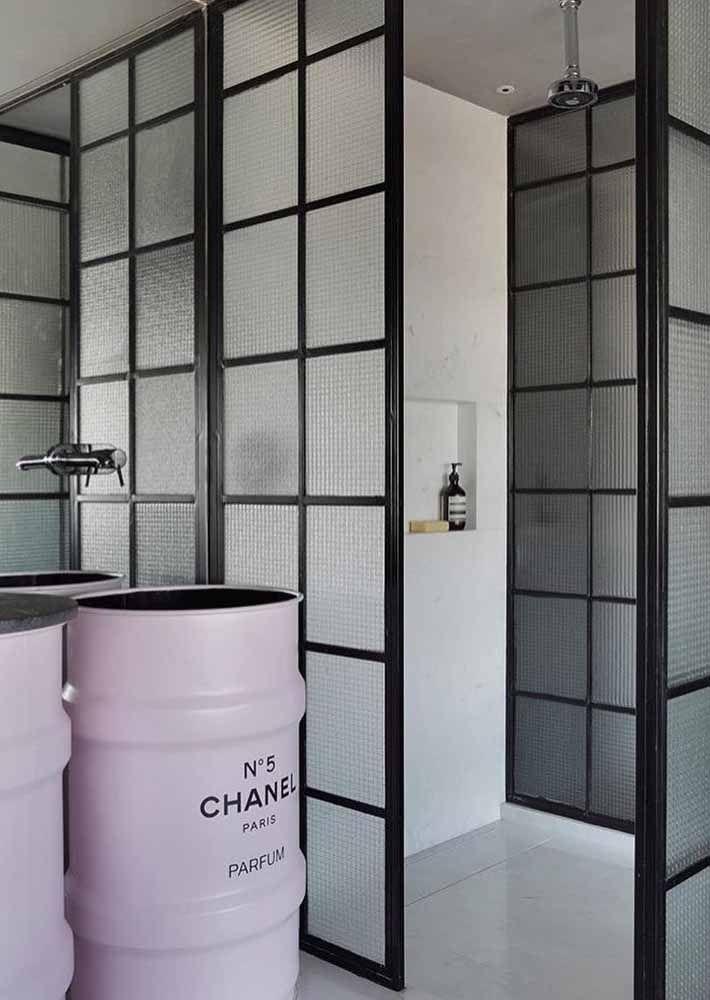 Até no banheiro os tambores decorativos Chanel nº5 fazem sucesso