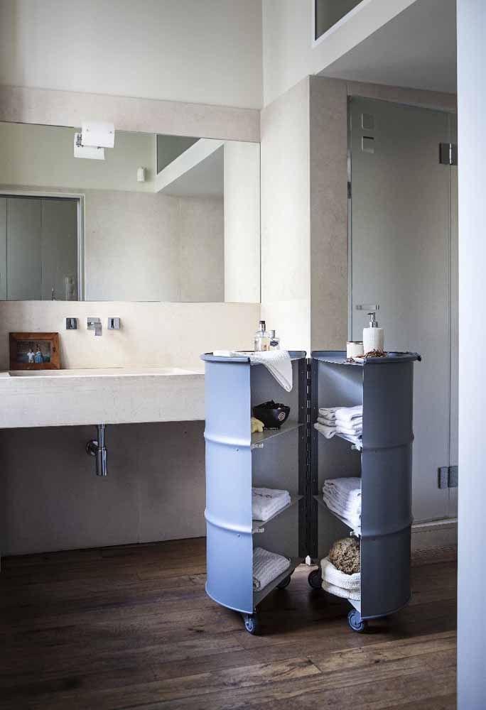 Cortado ao meio, o tambor funciona como armário para toalhas