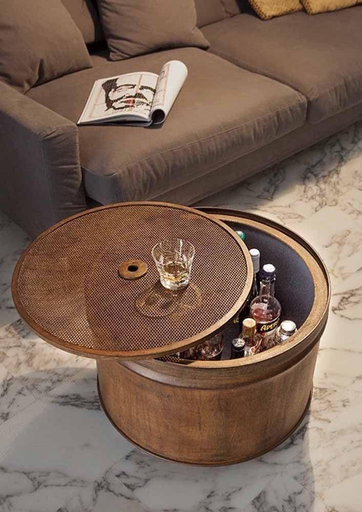 O tambor recortado ao meio ganhou revestimento amadeirado para acomodar com classe e estilo as garrafas de bebida