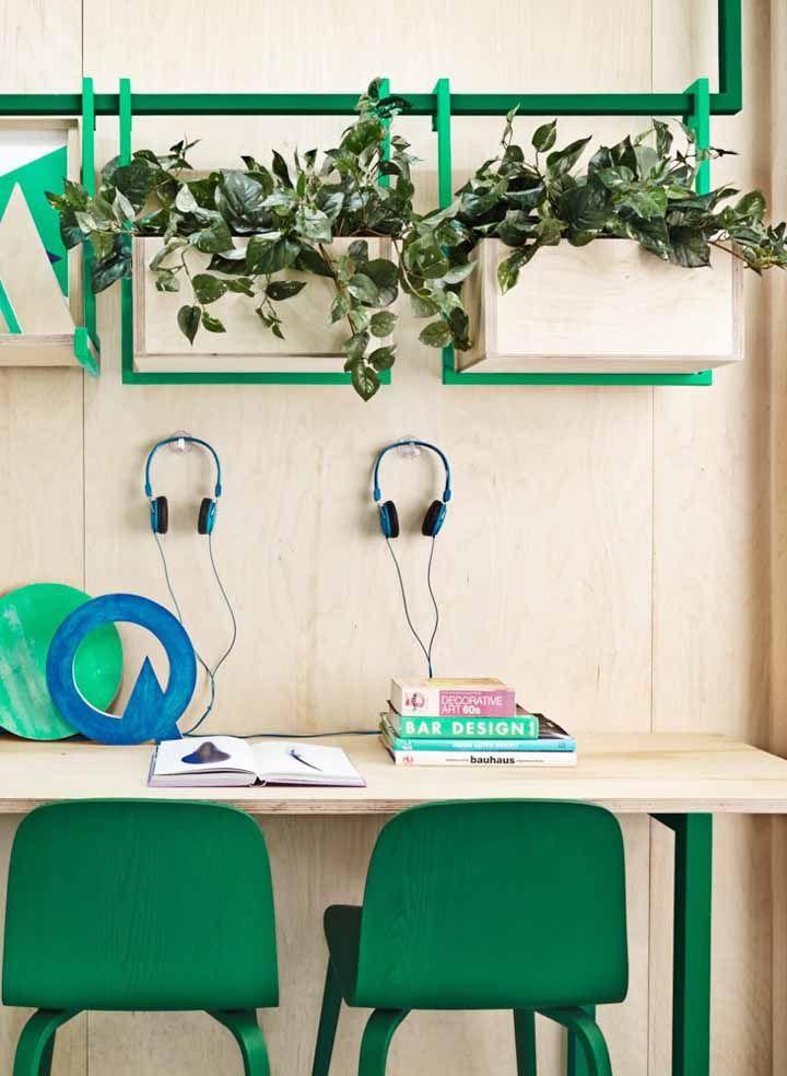 Para alegrar o escritório aposte em plantas suspensas; essas foram colocadas em vasos de madeira de pinus