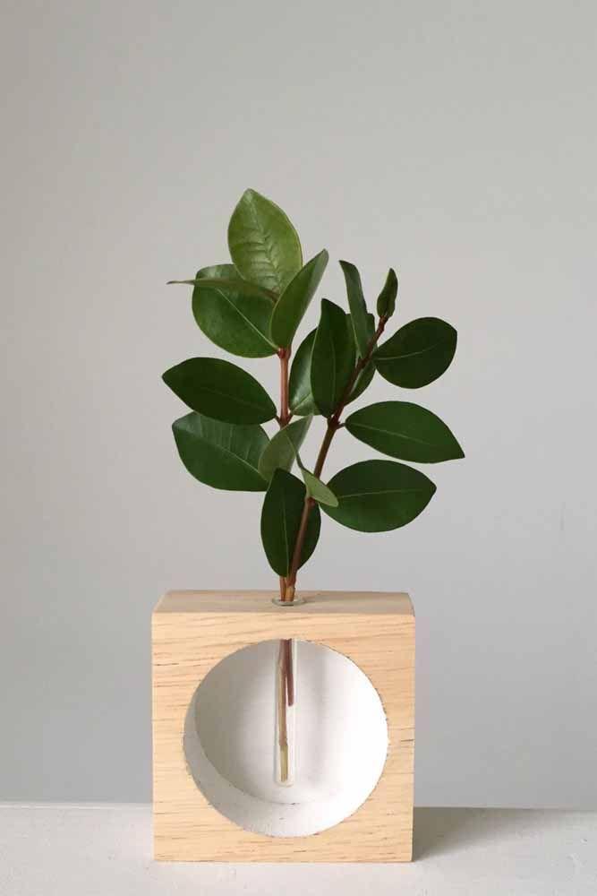 Mas se a proposta não for plantar, apenas dar um toque verde à decoração esse modelo de vaso é a solução mais criativa que você vai ver hoje