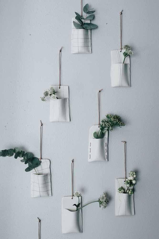 De tecido também pode: mas nesse caso, os vasos sustentam flores e folhas de corte