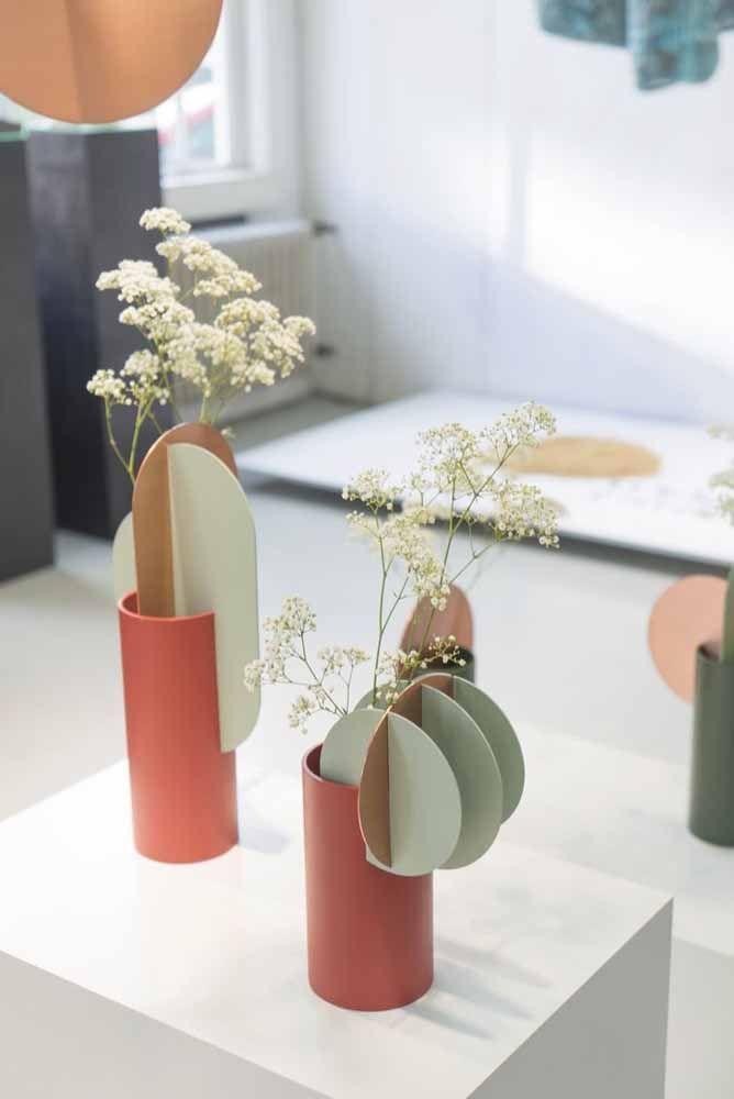 Se a proposta é só decorar com flores de corte, um vasinho pequeno como esse é suficiente