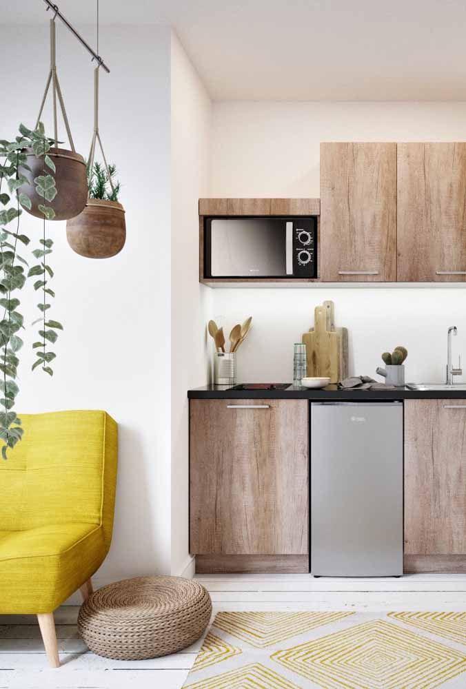 Esses vasos de madeira suspensos além de decorar, ajudam a delimitar o espaço de cada ambiente