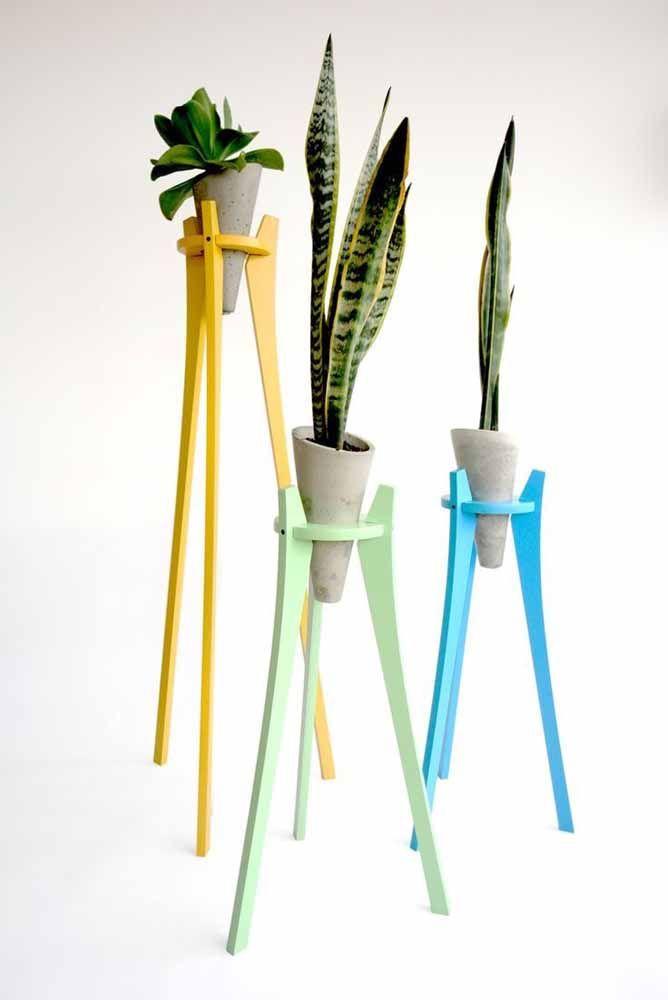 Não dá para dizer o que mais chama atenção nessa imagem: os vasinhos de cimento, o suporte colorido ou as plantas
