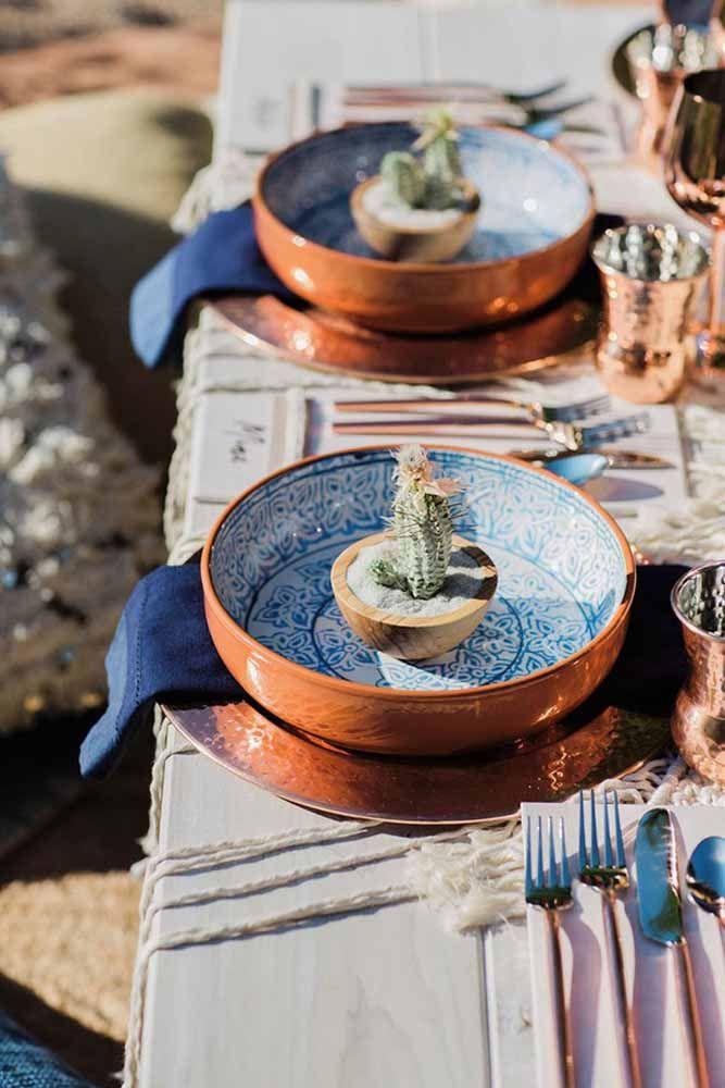 Olha que charme esses mini vasos de madeira com cactos: eles decoram a mesa e ainda podem ser levados como lembrancinha pelos convidados