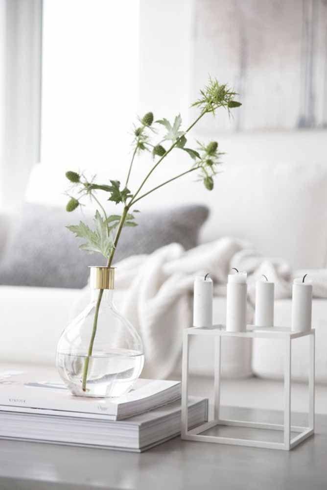 Mesmo pequeno e discreto, o vasinho de vidro dá sua contribuição para decoração da sala
