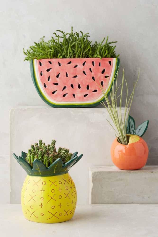 Aqui, são os vasos em formato de fruta que chamam a atenção